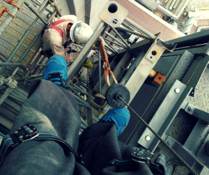 エレベーター解体を楽しむ鳶職