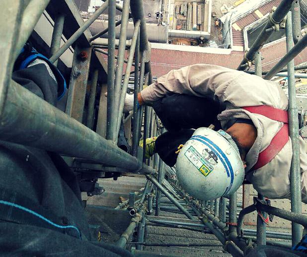 エレベーター解体作業を行う鳶職