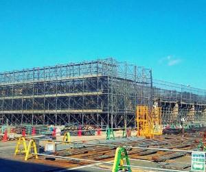 大型施工施設の足場を設置中